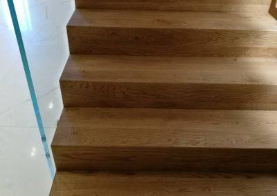 Дъбови стъпала с чела сглобени на герунг, фабрично омаслени в цвят американски орех