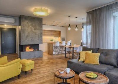Апартамент по проект на MDesign - дъбово дюшеме 150 х 20 х 600 - 2000 мм, качество Рустик, обработка масло в цвят Античен дъб и маса в стил индустриален дизайн в цвета на пода
