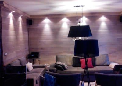 Дъбова обшивка по стенa с ширина 140+10 мм, качество Рустик, омаслена, цвят Избелено и декоративен корниз, омаслен в цвят Избелено