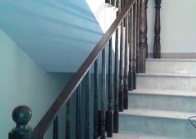 Парапет дъб със струговани балюстри, обработка лак в цвят помостра