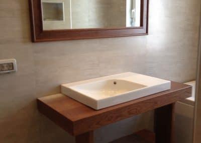 """Шкаф за баня и рамка за огледало по проект, лакирани в цвят """"Кафяв орех"""""""