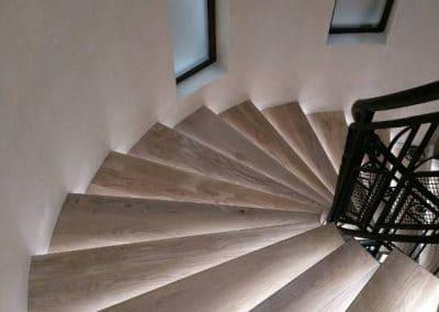 Дъбови стъпала по шаблон с вградено осветление, цял ламел, качество рустик, лак, цвят светло сив