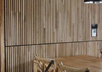 Дъбова обшивка по стенa с ширина 20 мм, качество Рустик, омаслена, цвят Натурал и дъбова маса 2000 х 1000 мм, омаслена в цвят Натурал