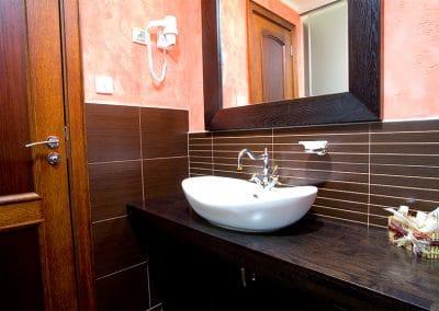 Дъбов плот за баня и огледало с дъбова рамка, фабрично лакирани в цвят Мока