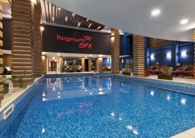 Декоративни елементи дъб по таван и колони, обработка прозрачен лак, хотел Regnum, гр. Банско