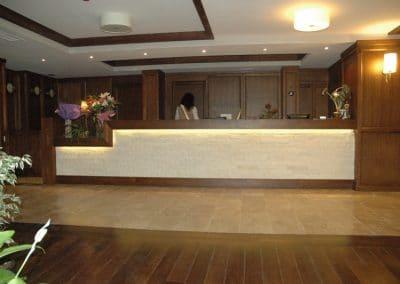 """Рецепция дъб лак, цвят """"Мока"""" - хотел Regnum, гр. Банско"""