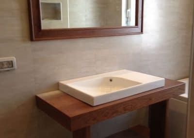Дъбов шкаф за баня и огледало с дъбова рамка, фабрично лакирани в цвят Кафяв Орех