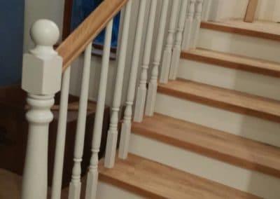 Дъбови стъпала цял ламел качество Натюр с дъбови чела боядисани в бяло и стругован дъбов парапет с ръкохватка