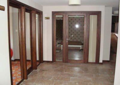 """Врата дъб масив и стъкло, лакирана в цвят """"Мока"""" - хотел Regnum, гр. Банско"""